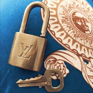 LOUIS VUITTON LOCK AND KEY #304 AUTHENTIC 🔐